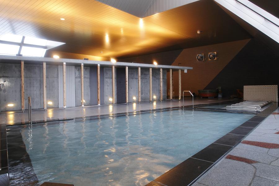 室内風呂で一番大きい御影石風呂。家族・友達同士で会話も弾む!冬はここで身体を温めてから露天風呂に浸かってみては。
