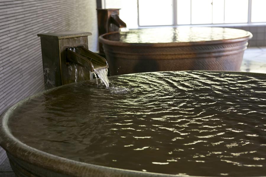 信楽焼きの浴槽で、趣の異なる湯浴みが楽しめます。