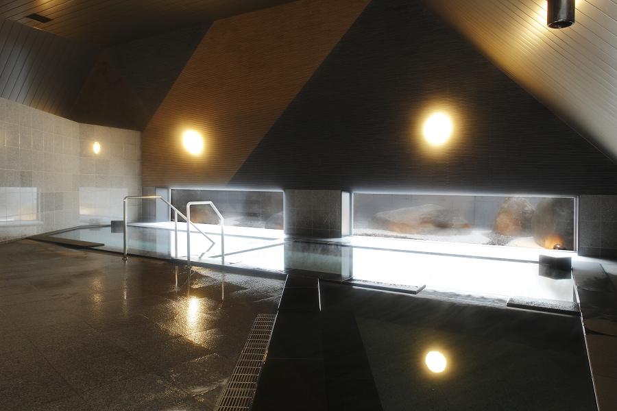 水深が深い立ちながら入る珍しいお風呂でどうぞお楽しみください。
